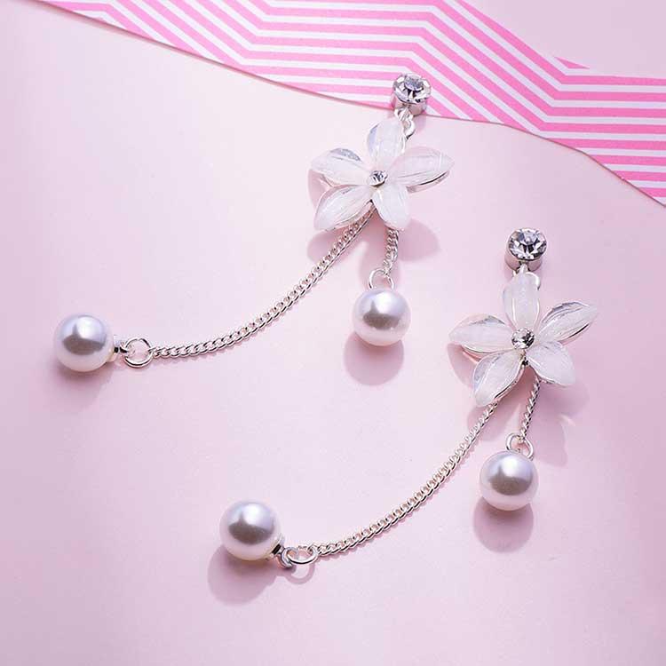 優雅氣質花瓣珍珠流蘇 耳針/黏式耳環,桌上展示。