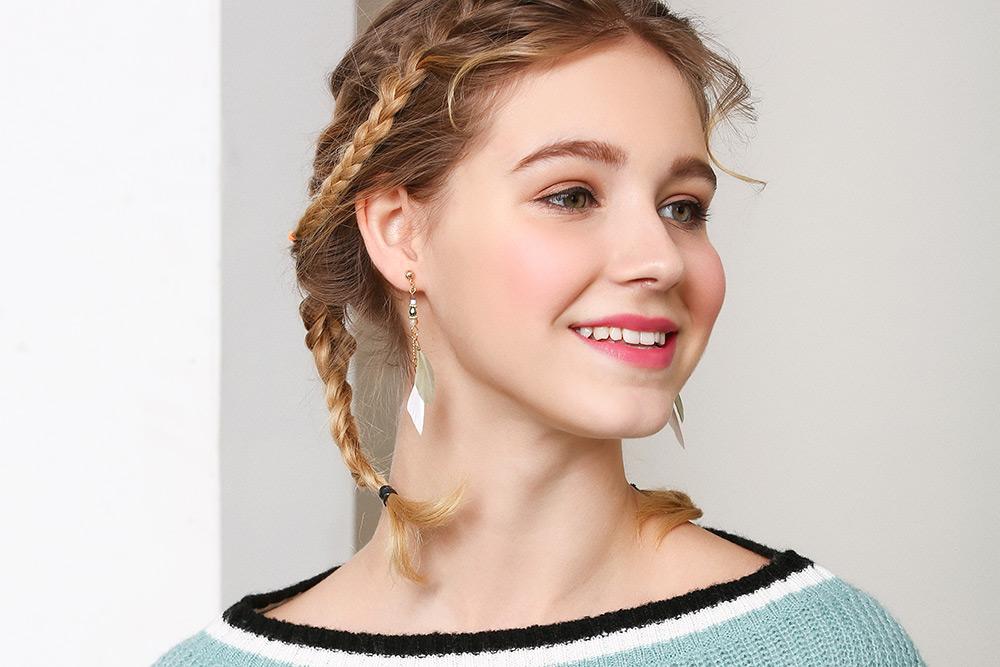 模特兒配戴展示:韓版時尚新潮款,氣質長款羽毛流蘇設計,優雅迷人,創新無耳洞黏貼式設計,免除長時間配戴耳夾/夾式耳環的不舒適感,讓您美的無負擔。