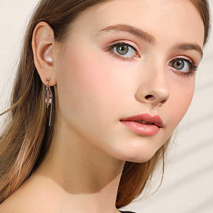 模特兒配戴展示:簍空幾何方方形,清新百搭的小方糖造型,無耳洞黏貼式設計,免除長時間配戴耳夾/夾式耳環的不舒適感。