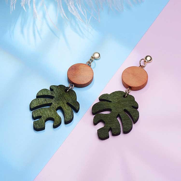 木質龜背葉 耳針/黏式耳環,桌上展示。