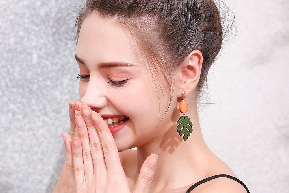 模特兒配戴展示:質感木質與合金的結合,茂綠龜背葉造型,活潑陽光,全新研發黏貼式設計,免除穿/夾耳洞所造成的不適感,美美打扮更輕鬆。