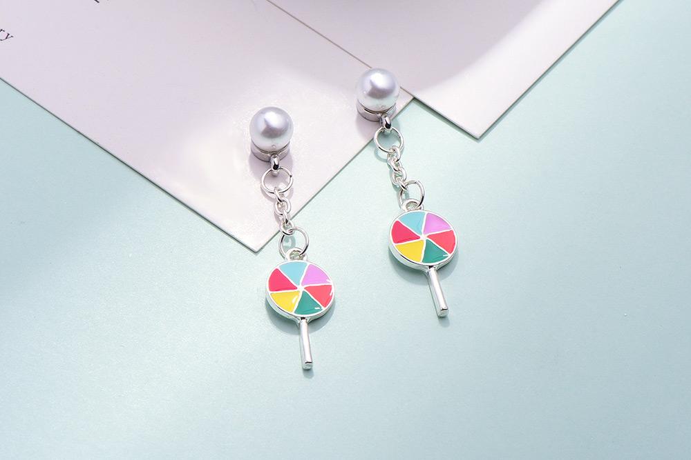 絢爛七彩棒棒糖 耳針/黏式耳環,桌上展示。