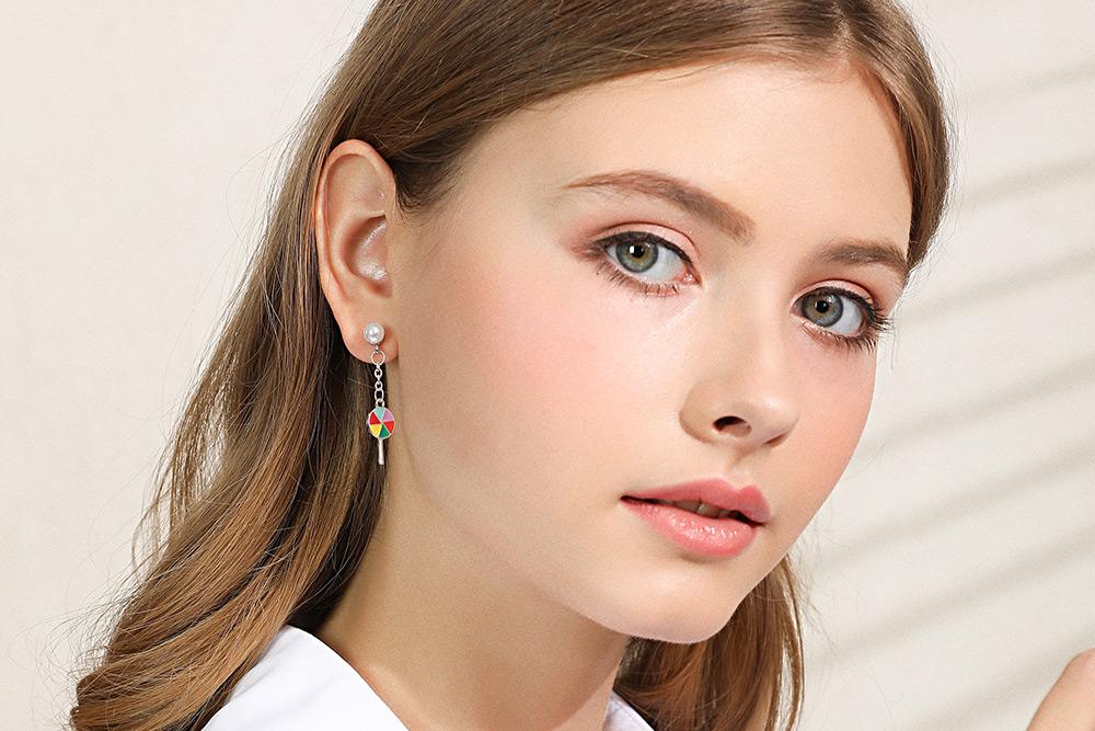 模特兒配戴展示:可愛棒棒糖造型,繽紛絢爛的配色,青春活力,創新黏貼式耳環設計,讓目光都聚集在您身上。不用穿耳洞也可以免除長時間配戴耳夾/夾式耳環的不舒適感。