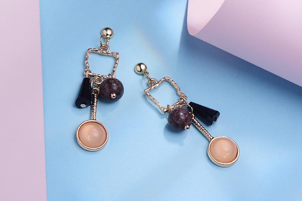 復古不規則幾何 耳針/黏式耳環,桌上展示。