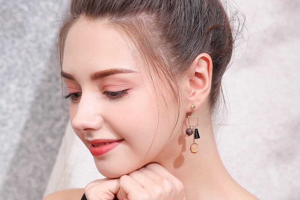 模特兒配戴展示:濃濃復古風,不規則幾何圖型與天然石的結合,時尚個性,創新的貼式耳環設計讓您貼著就走,不用穿耳洞也可以免除長時間配戴耳夾/夾式耳環的不舒適感。