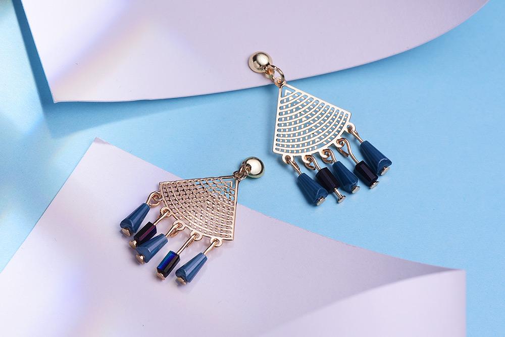 復古簍空扇形 耳針/黏式耳環,桌上展示。