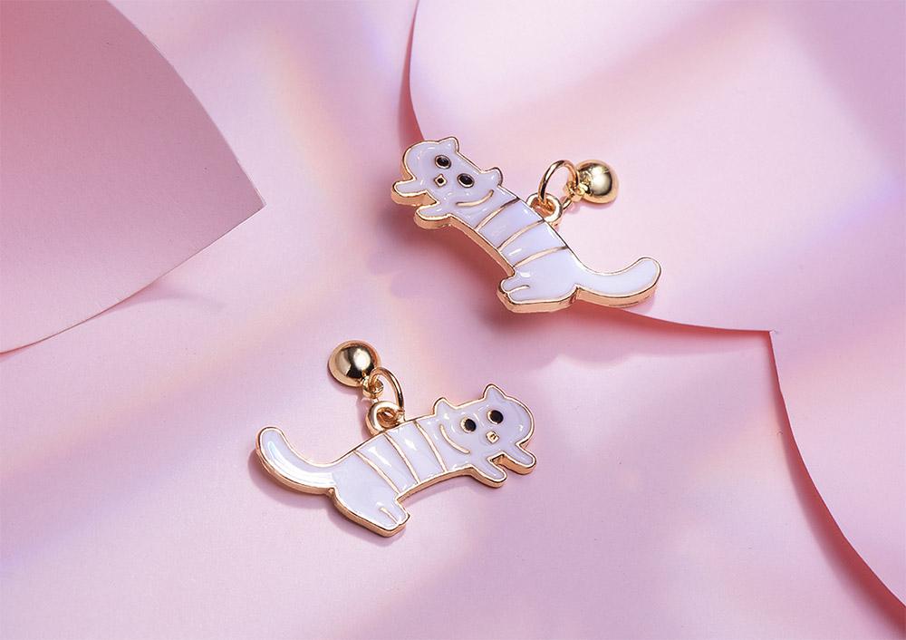 搞怪萌趣白色條紋小貓 耳針/黏式耳環,桌上展示。