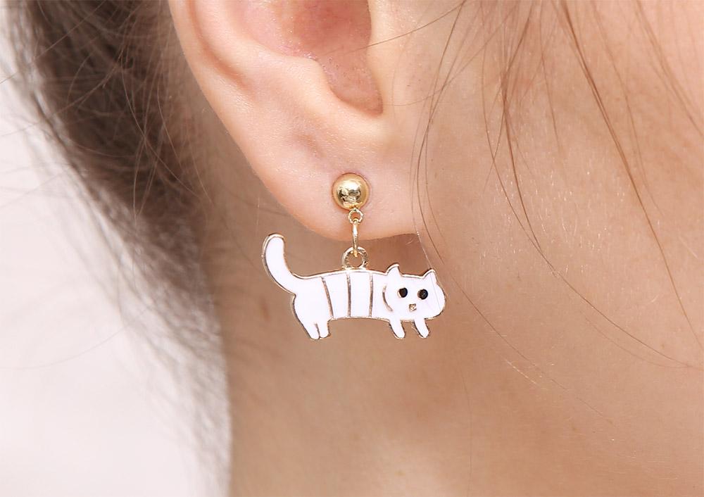 模特兒配戴展示:白色條紋小貓,搞怪可愛,貓奴必BUY款式,創新的貼式耳環設計讓您貼著就走,不用穿耳洞也可以免除長時間配戴耳夾/夾式耳環的不舒適感。