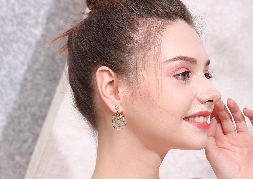 模特兒配戴展示:韓系簡約,個性旋轉棒棒糖,多層立體設計,時尚有形,創新的貼式耳環設計讓您貼著就走,不用穿耳洞也可以免除長時間配戴耳夾/夾式耳環的不舒適感。