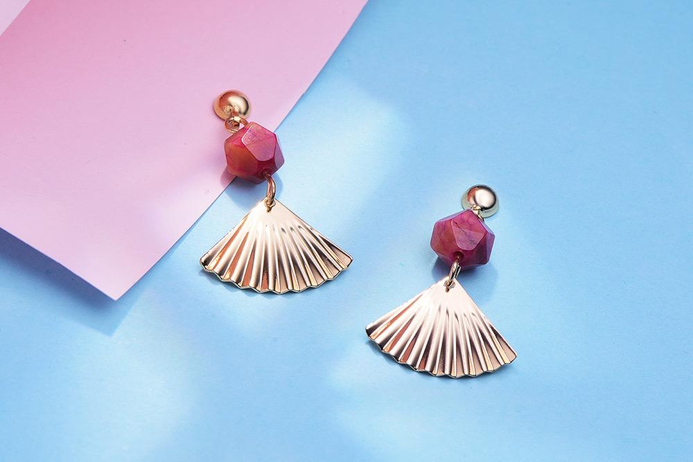 復古紅瑪瑙扇形 耳針/黏式耳環,桌上展示。