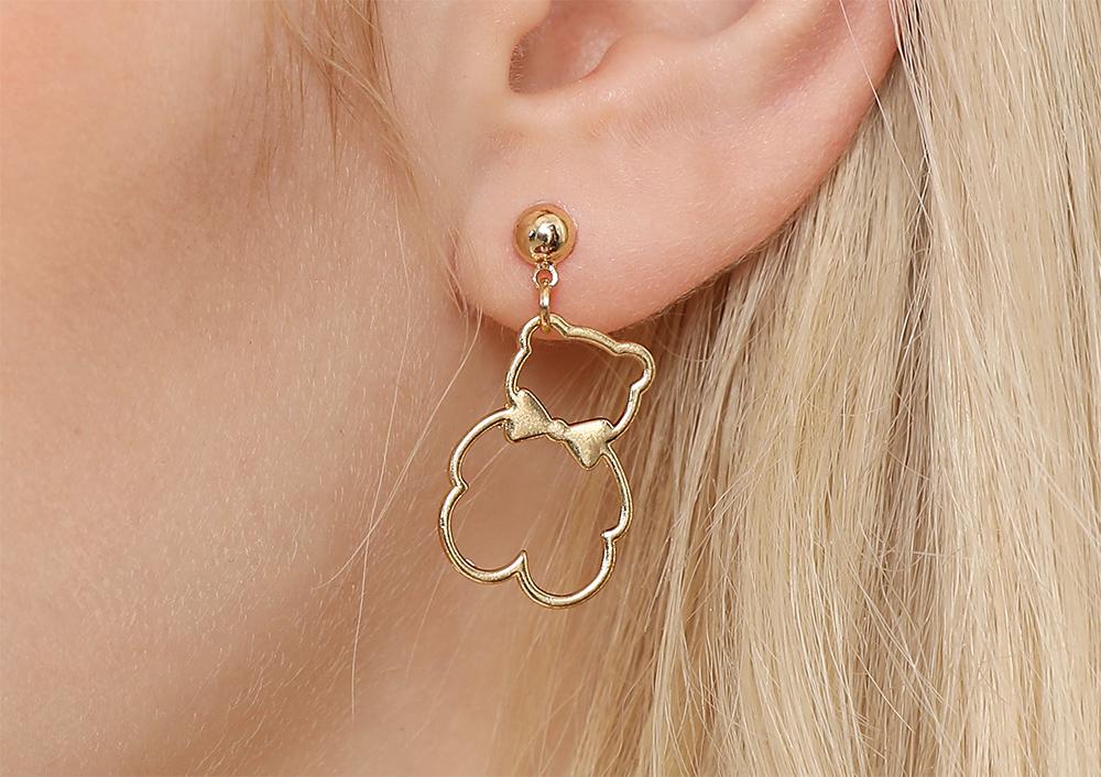 模特兒配戴展示:質感合金打造,簍空創意設計,蝴蝶結小熊造型,可愛時尚,創新的貼式耳環設計讓您貼著就走,不用穿耳洞也可以免除長時間配戴耳夾/夾式耳環的不舒適感。