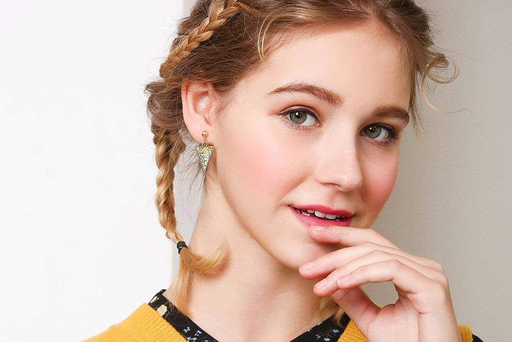 模特兒配戴展示:冷色系棉麻編織設計,時尚幾何三角形造型,創新黏貼式耳環設計,免除穿/夾耳洞所造成的不適感,讓您美麗無負擔。