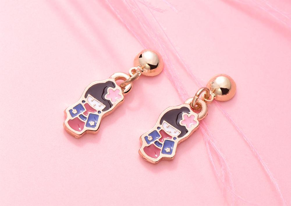 優雅甜美和風娃娃 黏式耳環,桌上展示。