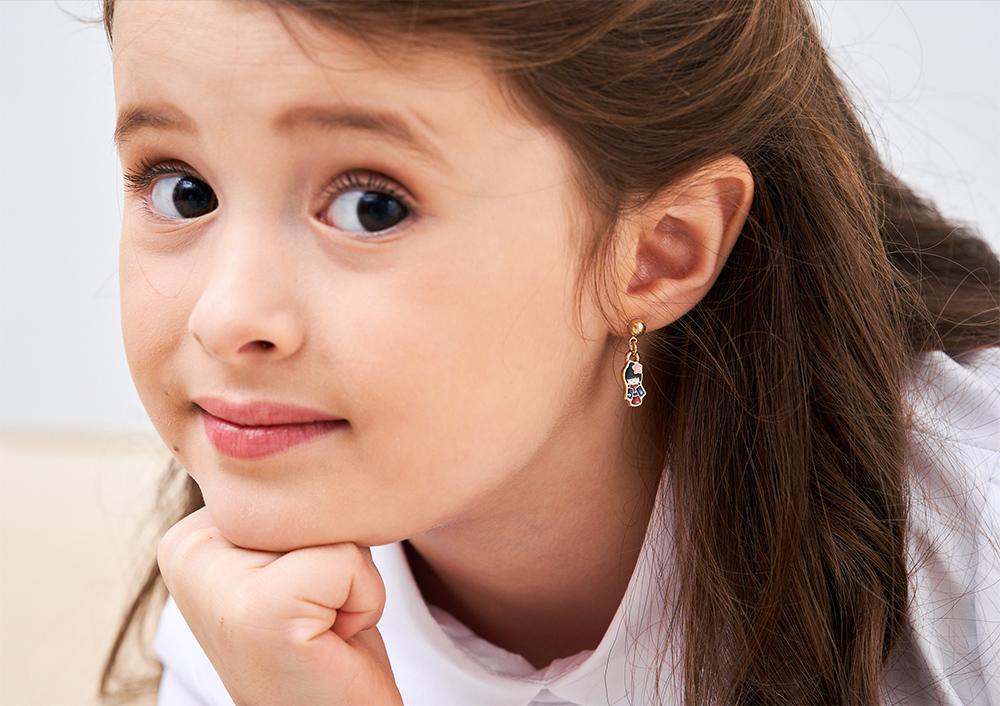 模特兒配戴展示:優雅甜美日式娃娃造型,質感合金打造,創新無耳洞黏貼式耳環設計,採用醫療級用膠,減少皮膚的負擔,也免除長時間配戴耳夾/夾式耳環的不舒適感。