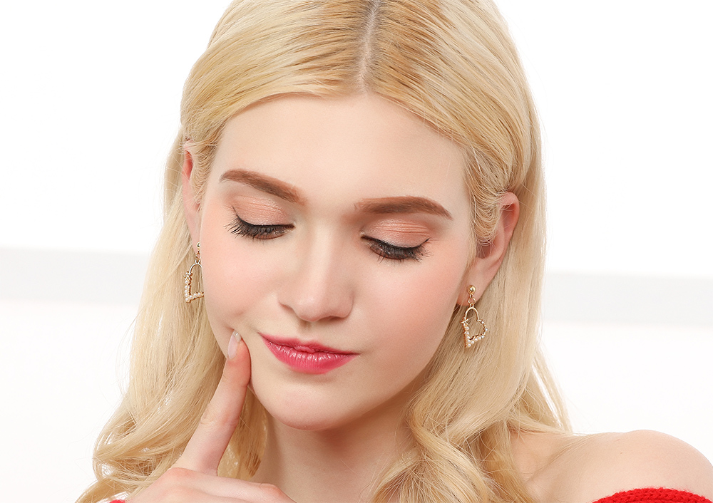 模特兒配戴展示:簍空創意設計,潔白珍珠與水鑽鑲嵌,甜美愛心造型,氣質時尚,創新的貼式耳環設計讓您貼著就走。不用穿耳洞也可以免除長時間配戴耳夾/夾式耳環的不舒適感。