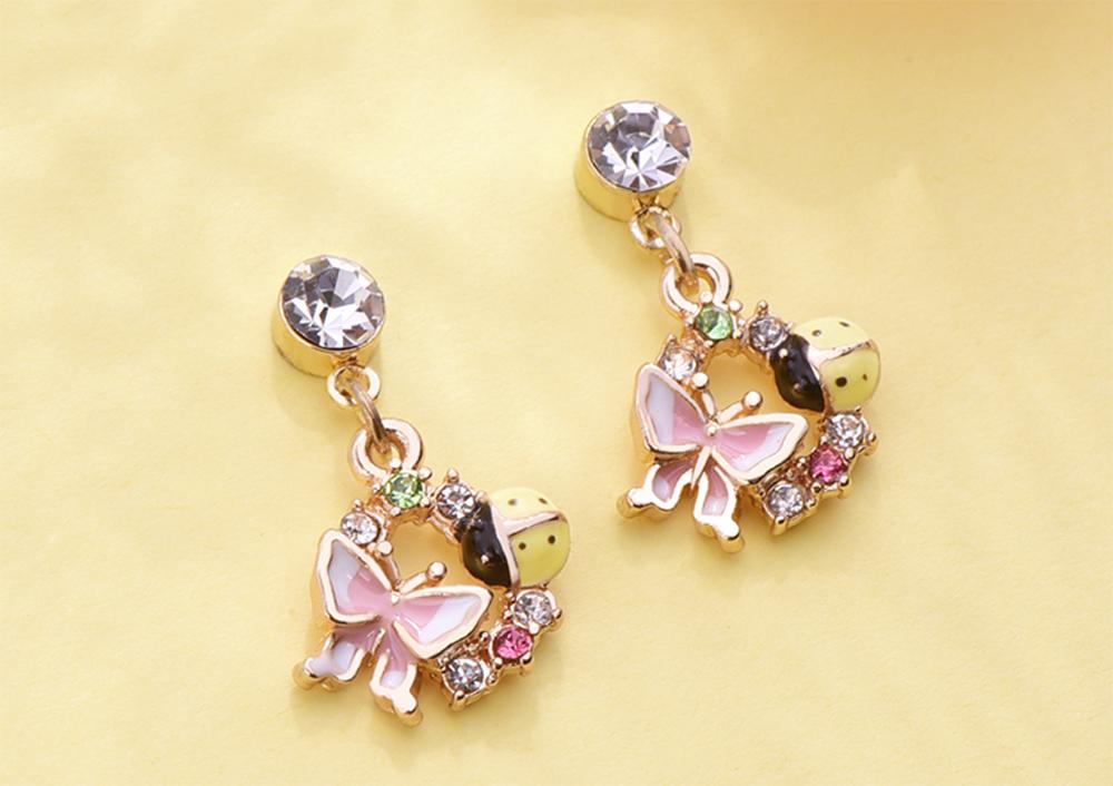 森林系蝴蝶瓢蟲 黏式耳環,桌上展示。