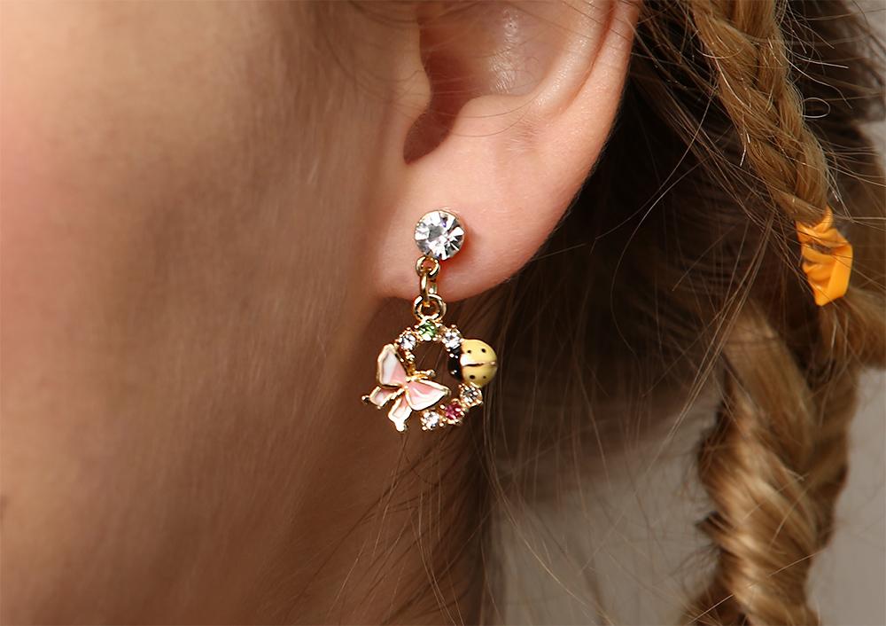 模特兒配戴展示:可愛蝴蝶瓢蟲,花朵圓環造型,多彩水鑽鑲嵌,清新唯美,創新的貼式耳環設計讓您貼著就走。不用穿耳洞也可以免除長時間配戴耳夾/夾式耳環的不舒適感。