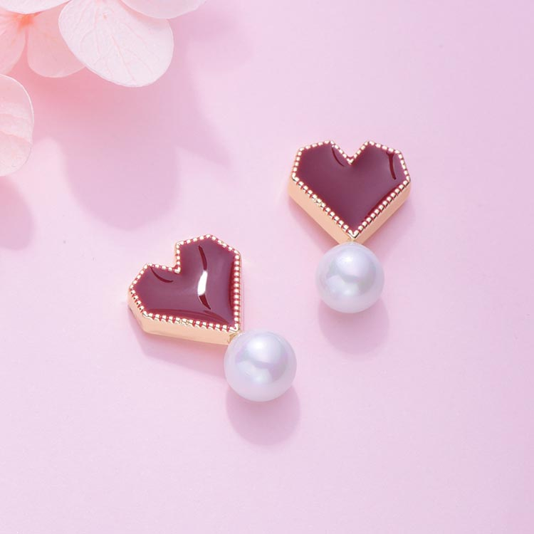 韓系時尚愛心珍珠 黏式耳環,桌上展示。