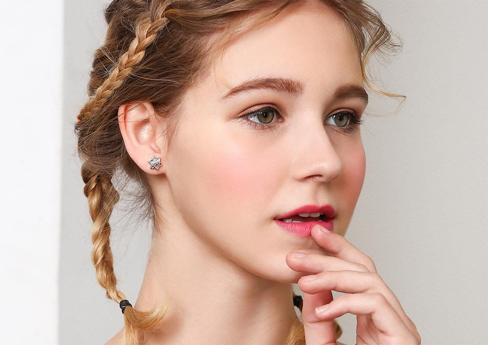模特兒配戴展示:個性簍空設計,耀眼迷人半鑽鑲嵌,六角星形造型,點綴您的耳側展現出時尚氣息,,創新無耳洞黏貼式耳環設計,採用醫療級用膠,減少皮膚的負擔,也免除長時間配戴耳夾/夾式耳環的不舒適感。