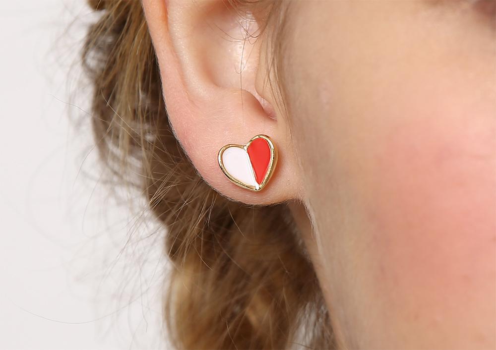 模特兒配戴展示:迷你、小巧、個性,時尚拼色設計,愛心造型,甜美可愛,創新無耳洞黏貼式耳環設計,採用醫療級用膠,減少皮膚的負擔,也免除長時間配戴耳夾/夾式耳環的不舒適感。。