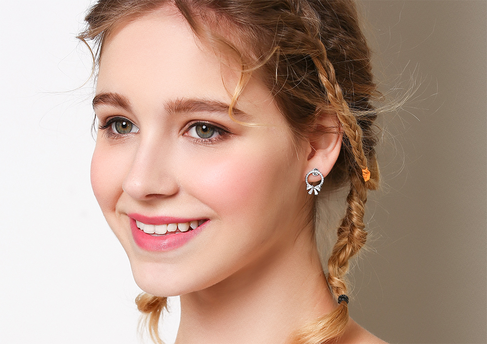 模特兒配戴展示:簡約新時尚,簍空圓環搭配甜美蝴蝶結,耀眼閃亮滿鑽鑲嵌,閃亮迷人,創新黏貼式耳環設計,免除穿/夾耳洞所造成的不適感,讓您美麗無負擔。