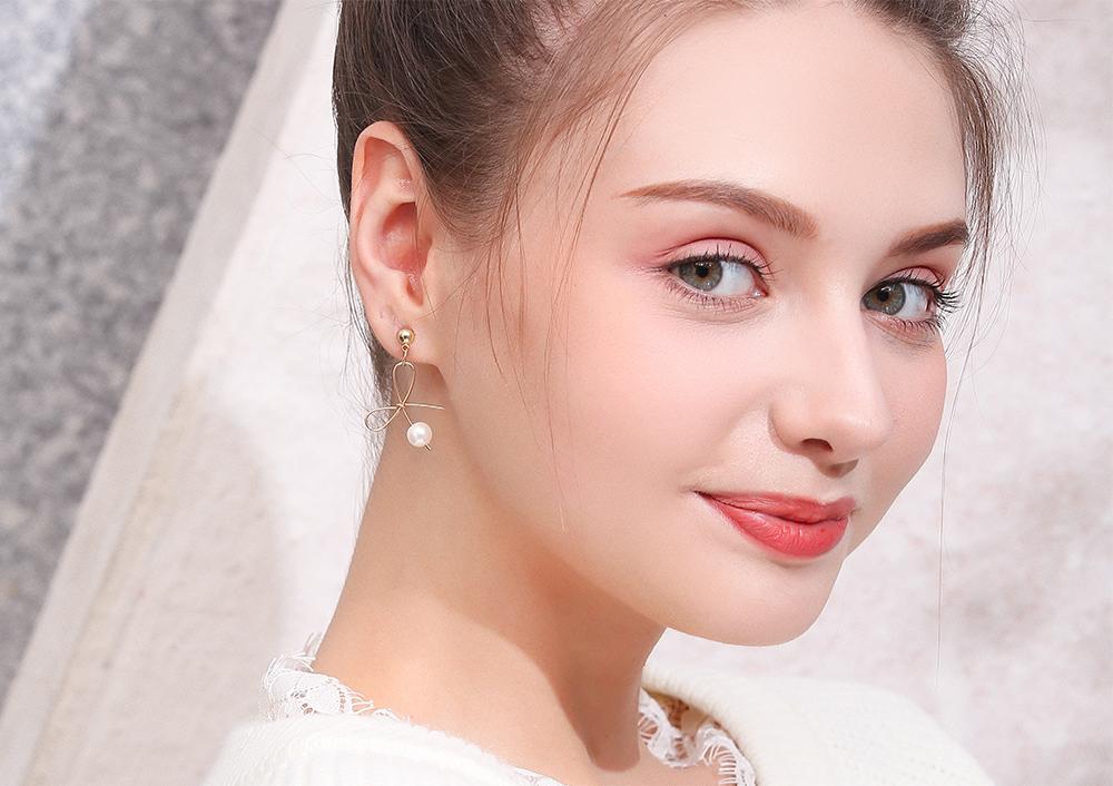 模特兒配戴展示:韓系極簡風格,小巧可愛,蝴蝶結與珍珠的結合,時尚氣質,不用穿耳洞也可以免除長時間配戴耳夾/夾式耳環的不舒適感。