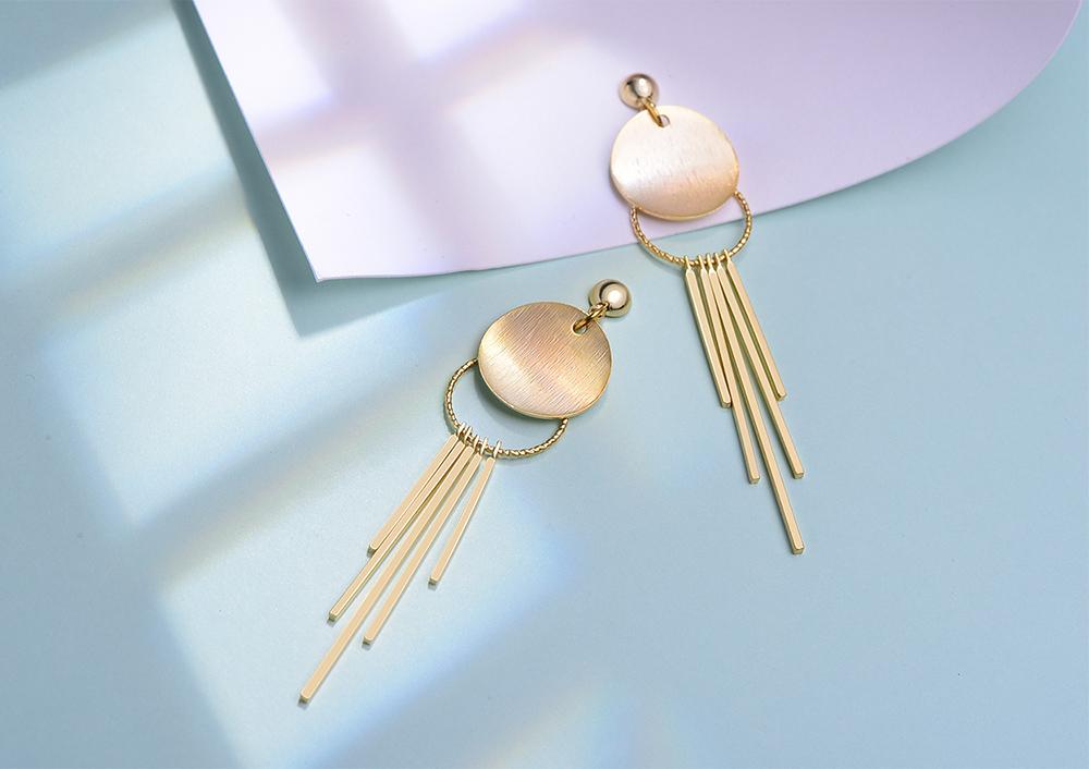 簡約金屬流蘇 耳針/黏式耳環,桌上展示。