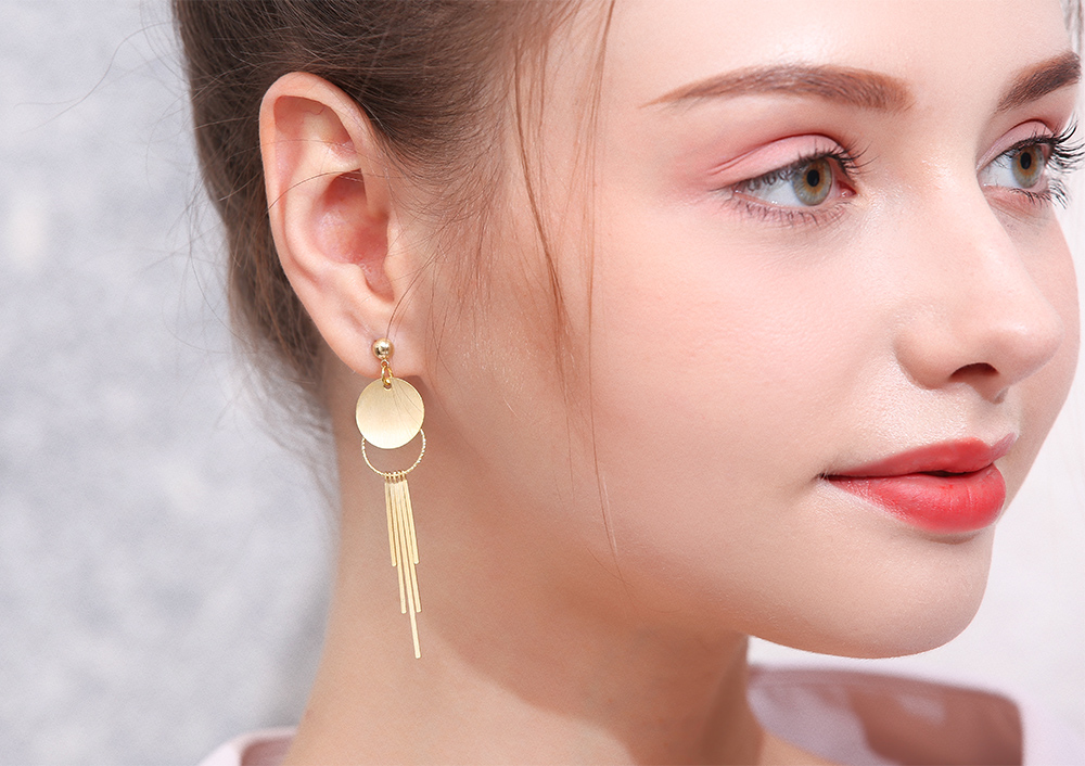 模特兒配戴展示:簡約幾何造型,質感金屬流蘇,個性時尚,,創新的貼式耳環設計讓您貼著就走。不用穿耳洞也可以免除長時間配戴耳夾/夾式耳環的不舒適感。