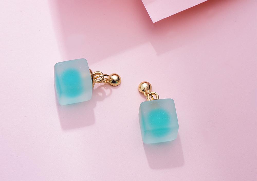 清新微透立方體 黏式耳環,桌上展示。