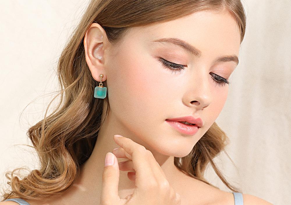 模特兒配戴展示:清新唯美,微透明立方體設計,純色色彩點綴,優雅浪漫,免穿耳洞的黏貼式設計,免除配戴耳夾/耳針的不適感,讓妳美美打扮輕鬆外出。