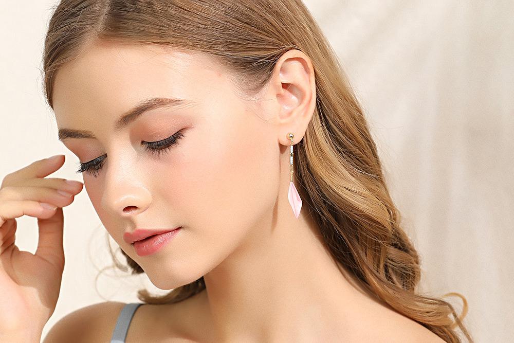 模特兒配戴展示:唯美優雅,質感羽毛輕柔時尚,創新黏貼式設計配戴輕鬆無負擔。不用穿耳洞也可以免除長時間配戴耳夾/夾式耳環的不舒適感。