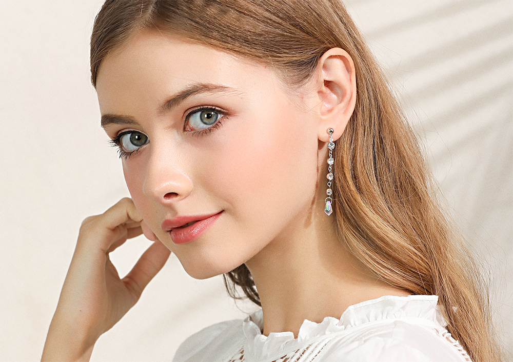 模特兒配戴展示:韓版時尚,閃亮耀眼鑲鑽,長款流蘇設計,氣質優雅,免穿耳洞的黏貼式設計,免除配戴耳夾/耳針的不適感,讓妳美美打扮輕鬆外出。