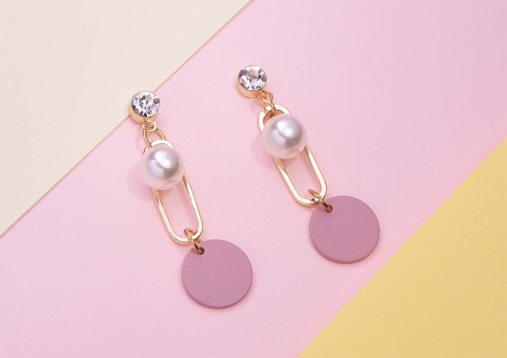 優雅簍空珍珠圓環 耳針/黏式耳環,桌上展示。