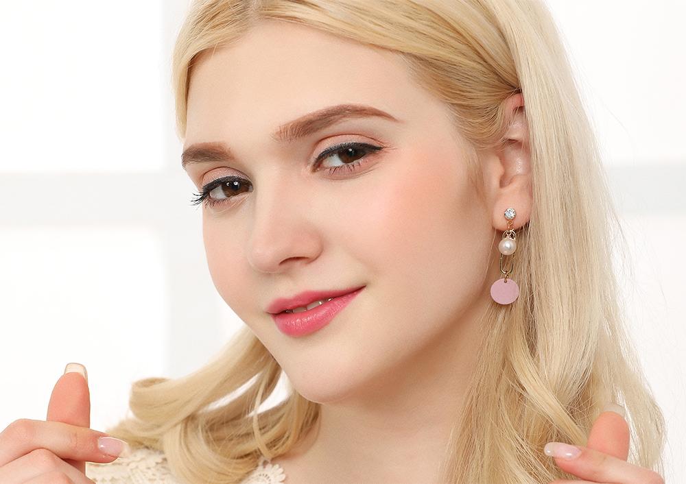 模特兒配戴展示:簍空幾何造型搭配潔白珍珠,時尚甜美,創新的貼式耳環設計讓您貼著就走。不用穿耳洞也可以免除長時間配戴耳夾/夾式耳環的不舒適感。