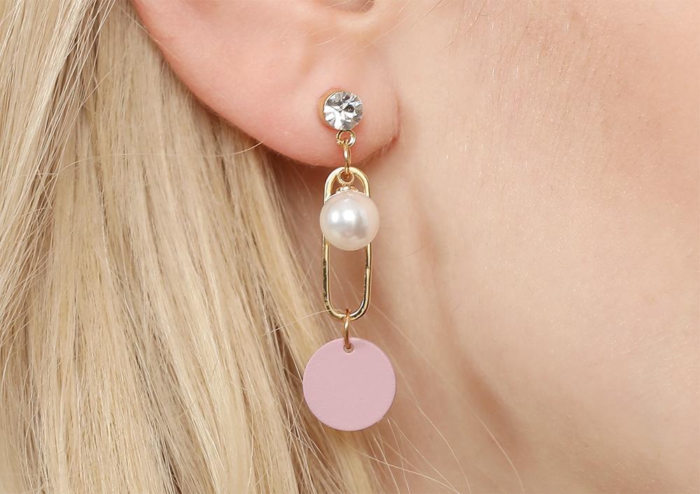 簍空幾何造型搭配潔白珍珠,時尚甜美,創新的貼式耳環設計讓您貼著就走。不用穿耳洞也可以免除長時間配戴耳夾/夾式耳環的不舒適感。