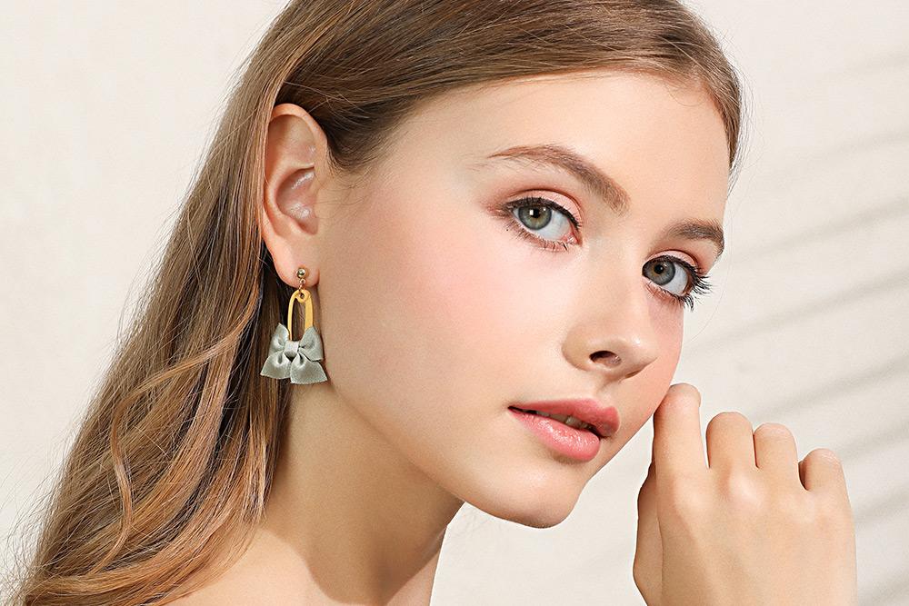 模特兒配戴展示:馬卡龍撞色色系,簡約蝴蝶結設計,展現出可愛迷人的風格,創新無耳洞黏貼式設計,免除長時間配戴耳夾/夾式耳環的不舒適感,讓您美的無負擔。