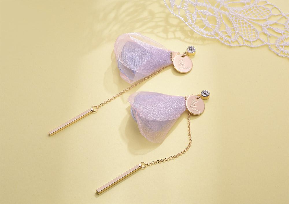粉嫩花瓣直條金屬流蘇 耳針/黏式耳環,桌上展示。