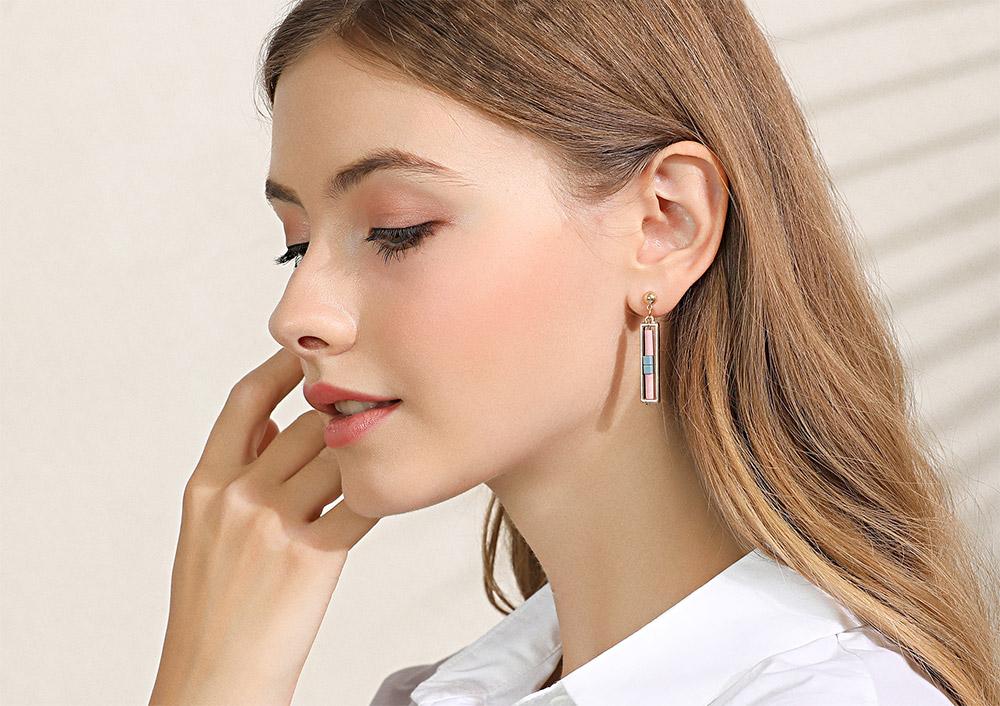 模特兒配戴展示:簡約新時尚,幾何長方金屬造型,氣質不凡,吸睛亮眼,新世代無耳洞黏貼式設計,免除長時間配戴耳夾/夾式耳環的不舒適感。