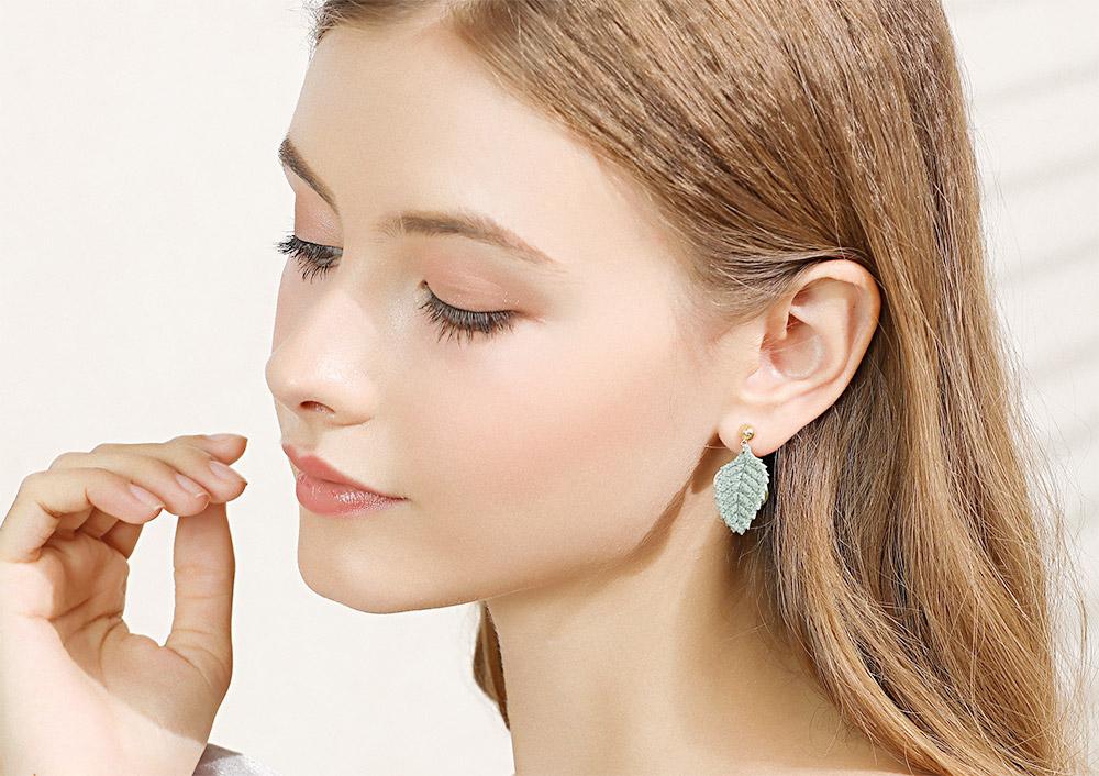 模特兒配戴展示:可愛絨球搭配不對稱針織樹葉點綴臉側,修飾臉型讓您散發迷人風采,無耳洞黏貼式設計,醫療級用膠,免除長時間配戴耳夾/夾式耳環的不舒適感。