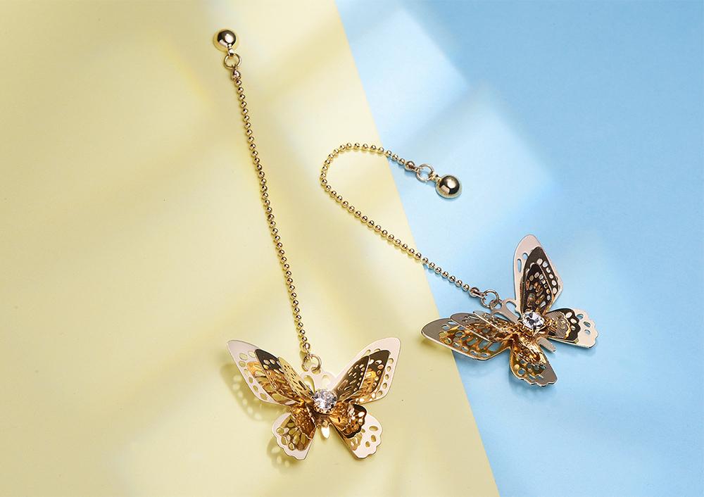 甜美氣質立體蝴蝶 耳針/黏式耳環,桌上展示。