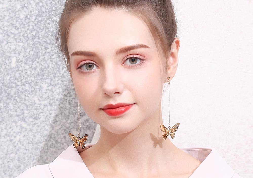 模特兒配戴展示:仙氣滿滿,甜美立體的蝴蝶造型,點綴您的耳側,帶來青春活力的氣息,免穿耳洞的黏貼式設計,免除配戴耳夾/耳針的不適感,讓妳美美打扮輕鬆外出。