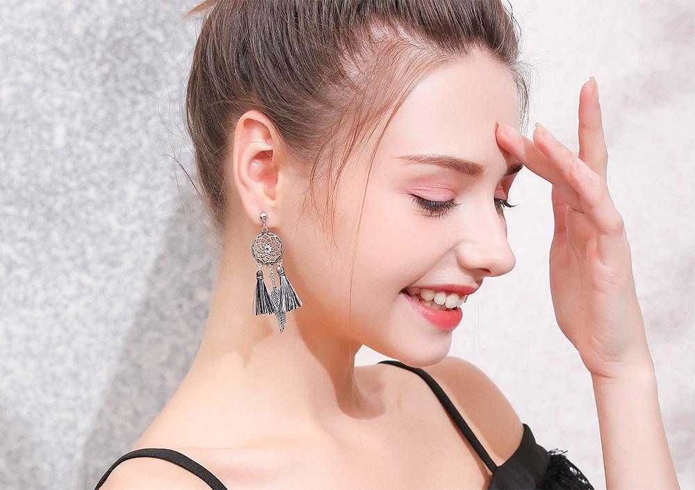 模特兒配戴展示:民族風格,經典捕夢網造型搭配流蘇,展現高雅復古氣息,無耳洞黏貼式設計,讓您輕鬆打扮無負擔,免除長時間配戴耳夾/夾式耳環的不舒適感。