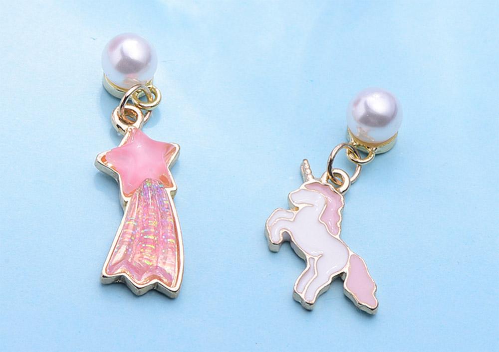 夢幻甜美獨角獸與流星 耳針/黏式耳環,桌上展示。