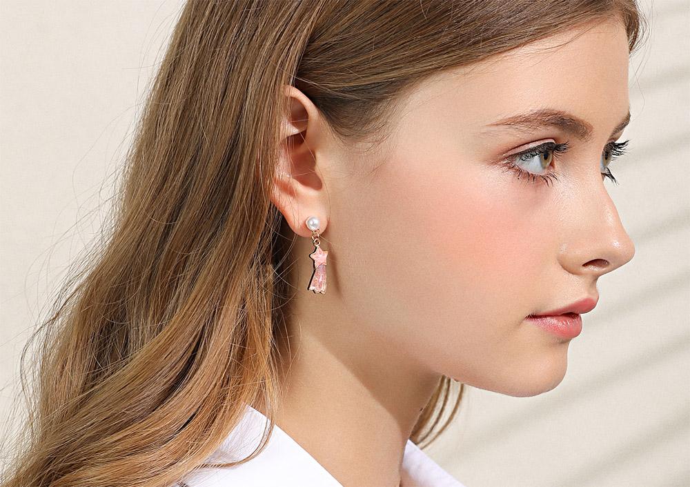 模特兒配戴展示:夢幻少女風格,獨角獸與流星組合,萌趣可愛,採用醫療級用膠,減少皮膚的負擔,也免除長時間配戴耳夾/夾式耳環的不舒適感。