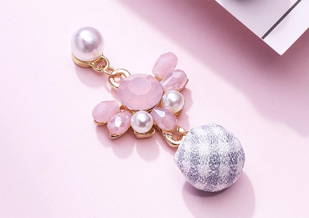 日系珍珠粉鑽格子球黏式耳環,桌上展示。
