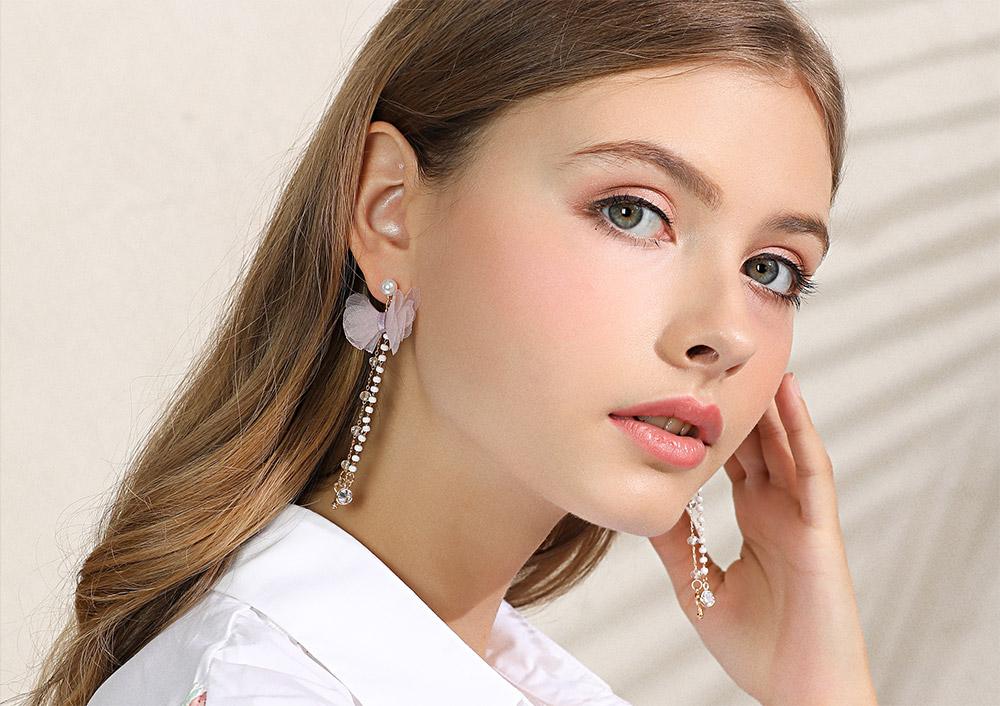 模特兒配戴展示:夢幻公主粉嫩風格,輕飄飄蝴蝶結緞帶與珍珠流蘇設計,甜美又時尚,免穿耳洞的黏貼式設計,免除配戴耳夾/耳針的不適感,讓妳美美打扮輕鬆外出。