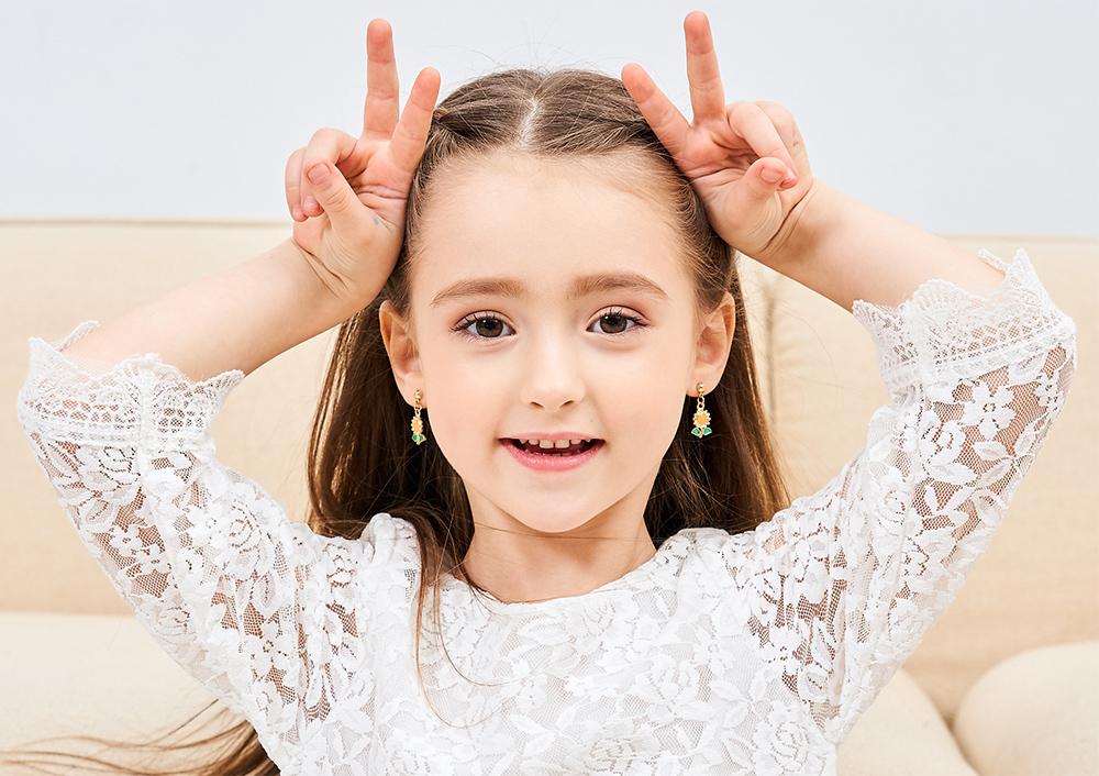 模特兒配戴展示:質感合金打造出向日葵造型,配戴在耳邊,時尚亮眼,創新無耳洞黏耳環設計,採用醫療級用膠,減少皮膚的負擔,也免除長時間配戴耳夾/夾式耳環的不舒適感。