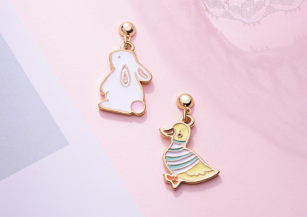 萌趣小鴨與兔子 黏式耳環,桌上展示。