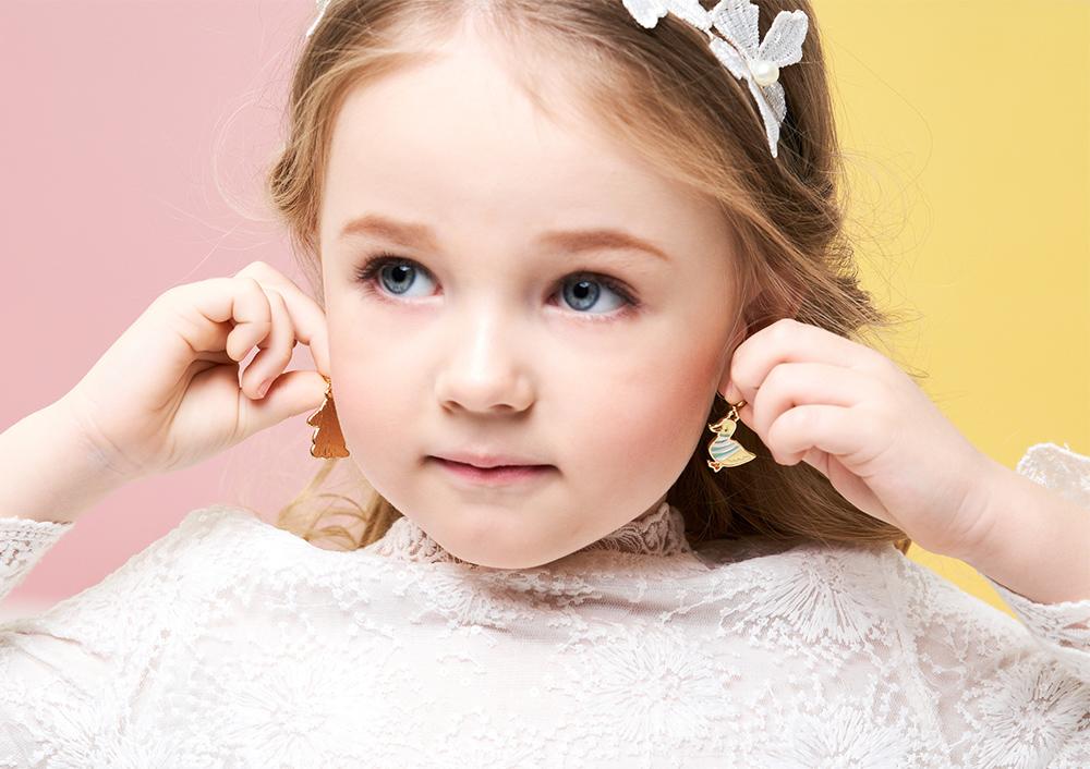 模特兒配戴展示:可愛小鴨與兔子,呆萌的感覺讓人愛不釋手,創新無耳洞黏貼式耳環設計,採用醫療級用膠,減少皮膚的負擔,也免除長時間配戴耳夾/夾式耳環的不舒適感。