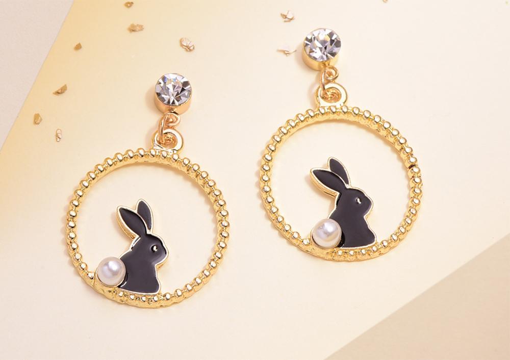 甜美可愛黑白小兔 黏式耳環,桌上展示。